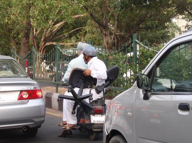 バイクで椅子を運ぶ.JPG